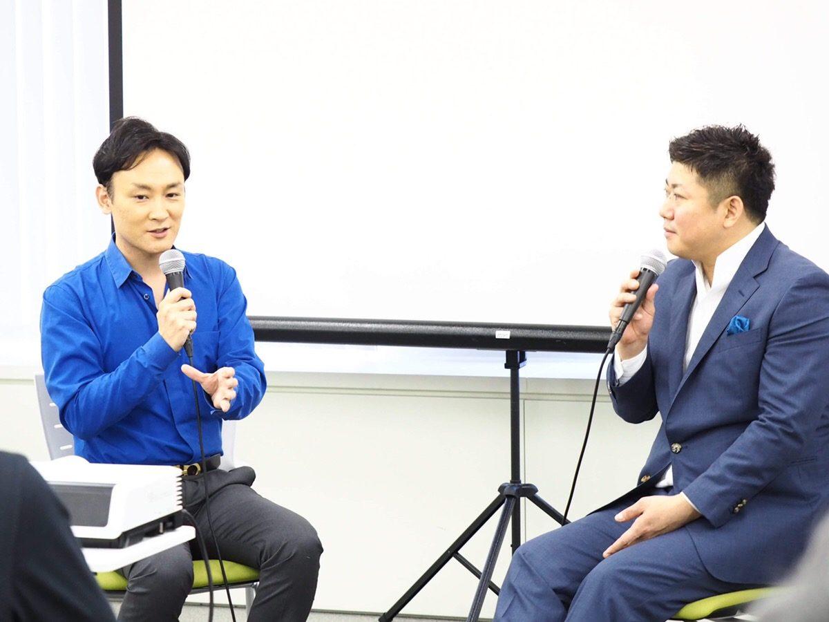 カリスマ講師養成講座主宰の渋谷文武氏(左)